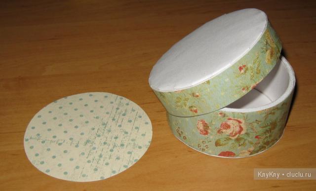 Круглая шкатулка из картона с крышкой