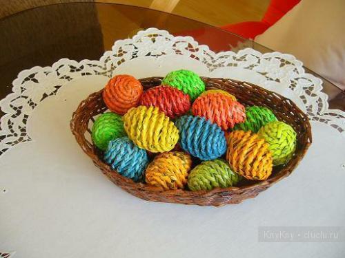 Яйца из газетных трубочек мастер класс
