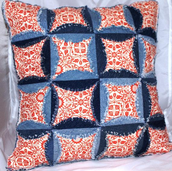 Лоскутная подушка из джинсов
