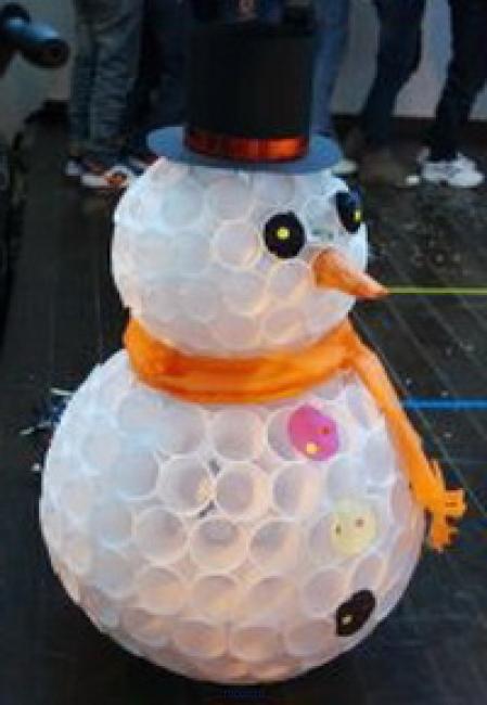 Снеговик своими руками из пластиковых